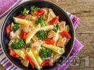 Рецепта Салата с макарони / паста, пилешки хапки от филе и пресни зеленчуци (броколи и чушки)